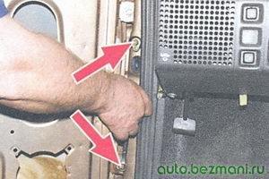 болты крепления верхней и нижней петель двери