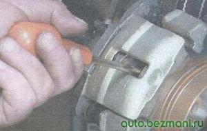 проверка подвижности тормозных колодок