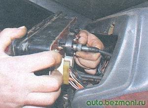 откручивание тросика спидометра от комбинации приборов ВАЗ-2109