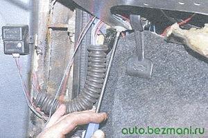 винт нижнего крепления панели приборов с левой стороны