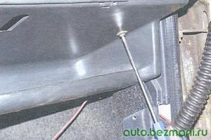 винт нижнего крепления панели приборов с правой стороны
