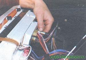 откручивание гайки тросика спидометра от комбинации приборов высокой панели