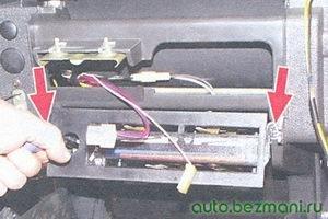 винты крепления панели управления отопителем салона