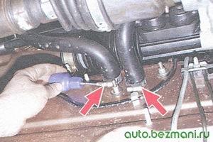 шланги крана отопителя в моторном отсеке