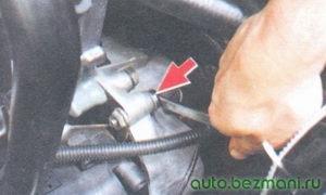 верхний болт крепления кронштейна модуля зажигания
