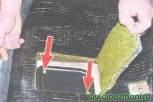 винты крепления крышки люка над бензобаком
