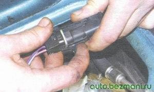 разъем с проводами топливного насоса