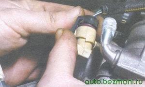 разъем с проводами регулятора холостого хода
