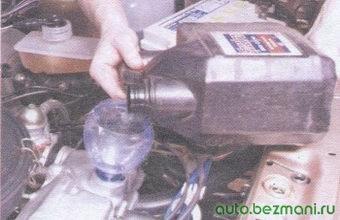 заливка моторного масла в двигатель