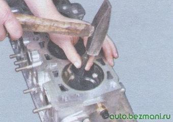выпрессовка направляющей втулки клапана