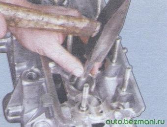 запрессовка направляющей втулки клапана