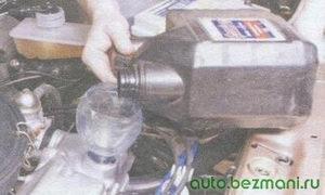заливка масла в двигатель автомобиля