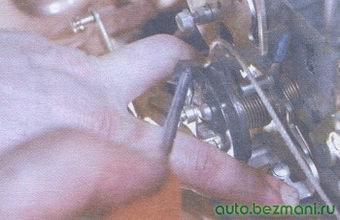 пружинный фиксатор троса привода акселератора