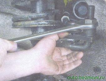 выпрессовка пальца шарового шарнира рулевой тяги