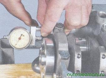 измерение осевого зазора коленвала