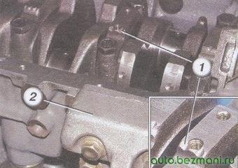 (1) метка крышки коренного подшипника, (2) кронштейн генератора