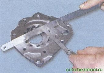 измерение осевого зазора ведомой шестерни масляного насоса