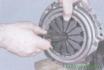центрирование диска сцепления с помощью специальной оправки