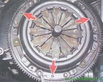 установка корзины сцепление на маховик по трем центрирующим штифтам и центрирование с помощью оправки