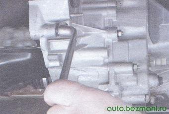 болты и гайки крепления картера сцепления к блоку цилиндров