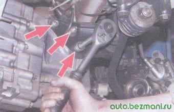 гайки крепления левой опоры двигателя к коробке передач