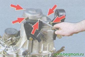 гайки крепления задней крышки коробки передач