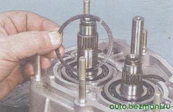 стопорное кольцо подшипника вторичного вала коробки передач