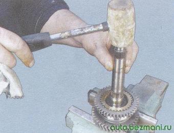 спрессовка синхронизатора 1-ой и 2-ой передач со шлицев вторичного вала