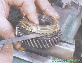 проверка состояния зазора между шестернями и соответствующими им блокирующими кольцами